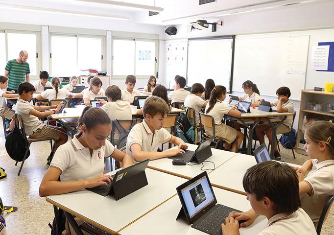 Muestra-de-la-apuesta-tecnológica-en-una-de-sus-aulas