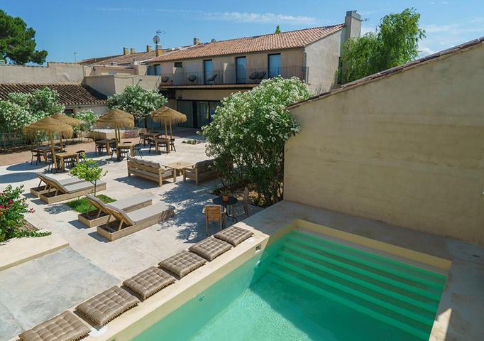 Las zonas comunes son agradables, cuentan con piscina, espacios de relax y servicio de bar